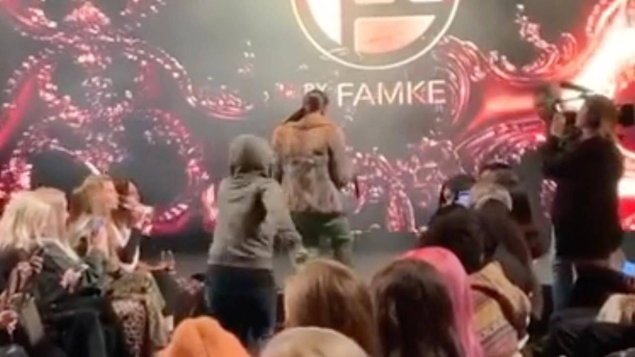 Famke Louise lijkt door toeschouwer te worden belaagd tijdens 'modeshow'