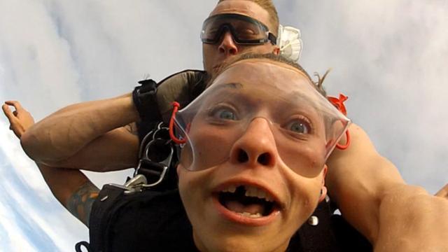 Vrouw verliest kunstgebit tijdens skydiven in VS