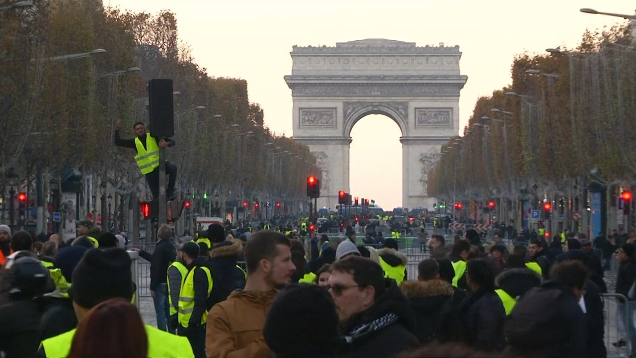 Politie verjaagt Franse demonstranten met traangas in Parijs