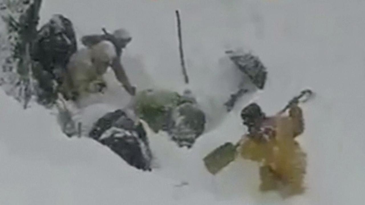 Pakistanen zoeken in sneeuw naar slachtoffers lawine