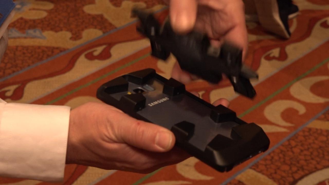 Kleine drone wordt in telefoonhoesje bewaard