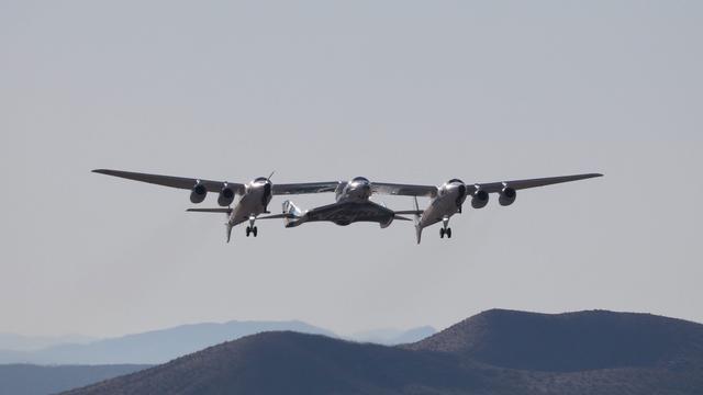 Ruimtevliegtuig Virgin Galactic reist met eerste passagier naar grens ruimte