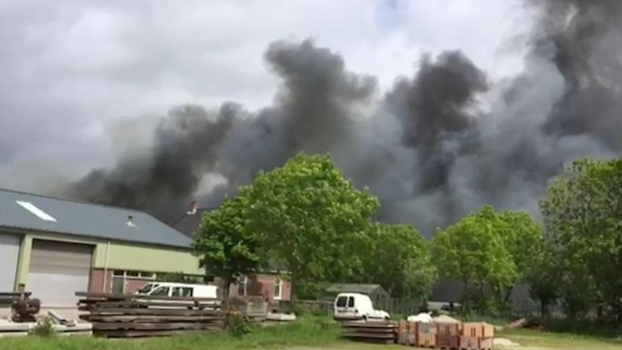 Enorme rookontwikkeling bij brand in 't Zand