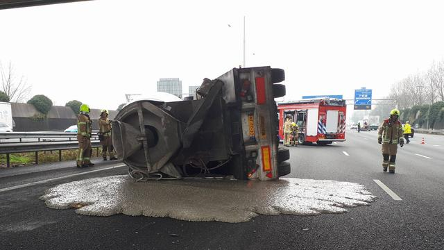 Overlast door gekantelde betonwagen op A16.