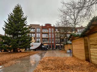 Een grote kerstboom is het middelpunt van het winters opgezette plein