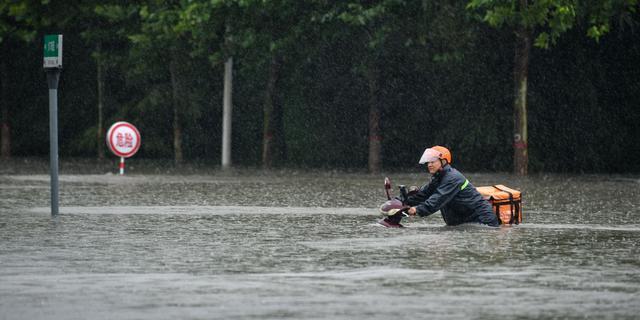 Doden door extreme regenval in oosten van China, passagiers vast in metro