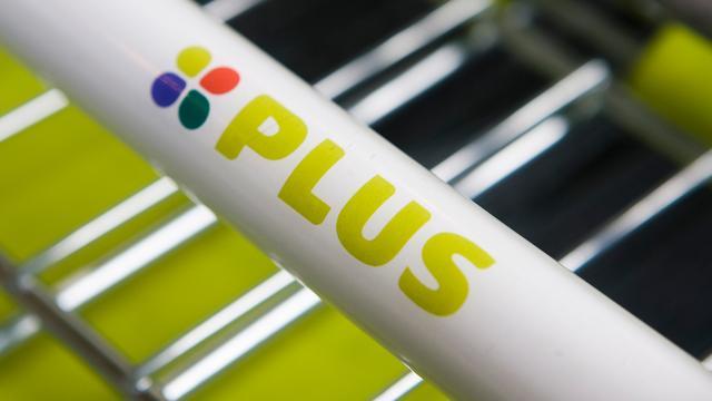 Supermarkt Plus verkoopt mueslibrood per abuis als vruchtenbrood