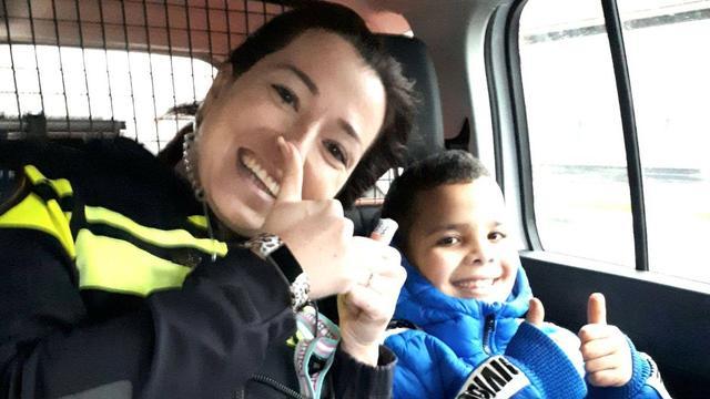 Politie brengt jongen met kapotte fiets naar judo-examen