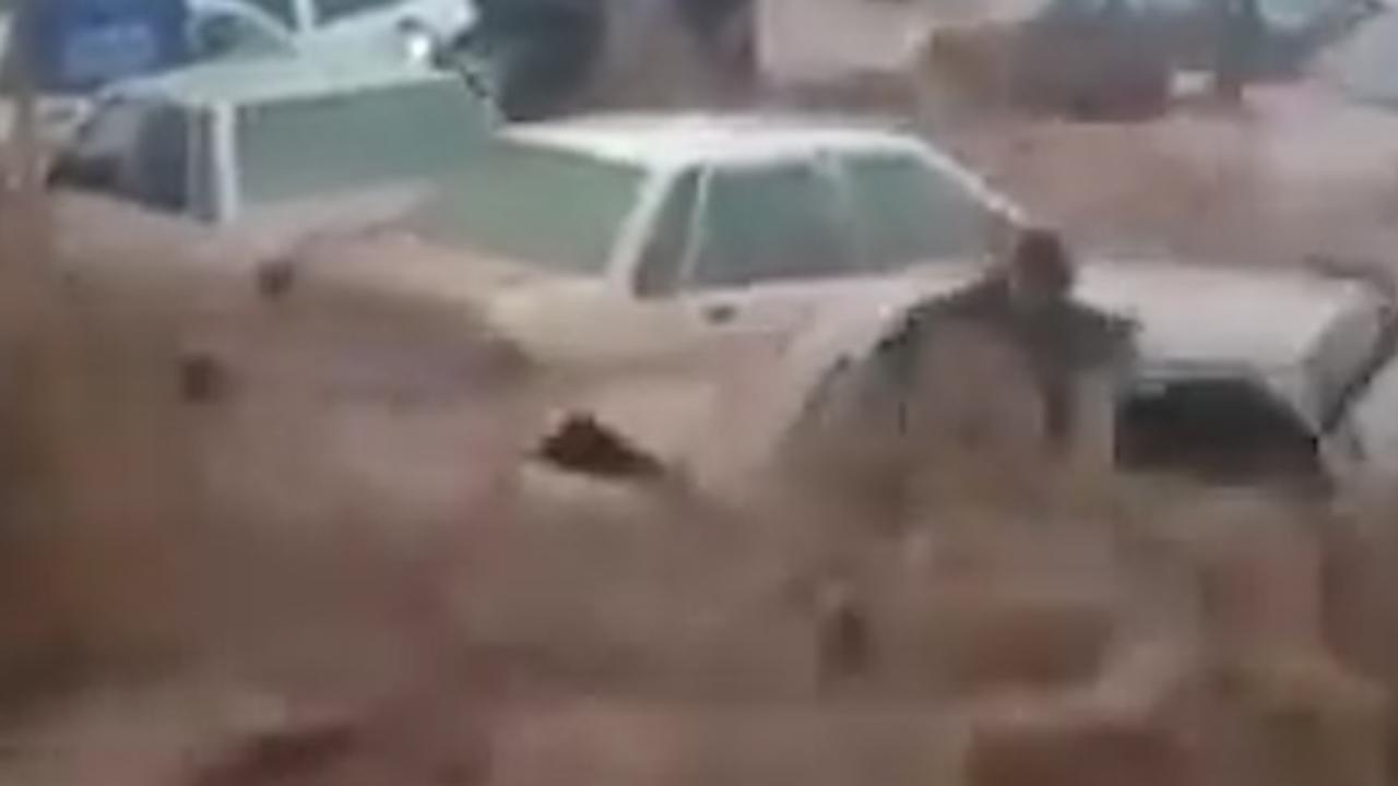 Water sleurt auto's mee bij overstromingen in Iran