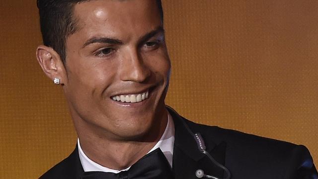 Cristiano Ronaldo neemt eigenaresse gevonden telefoon mee uit eten
