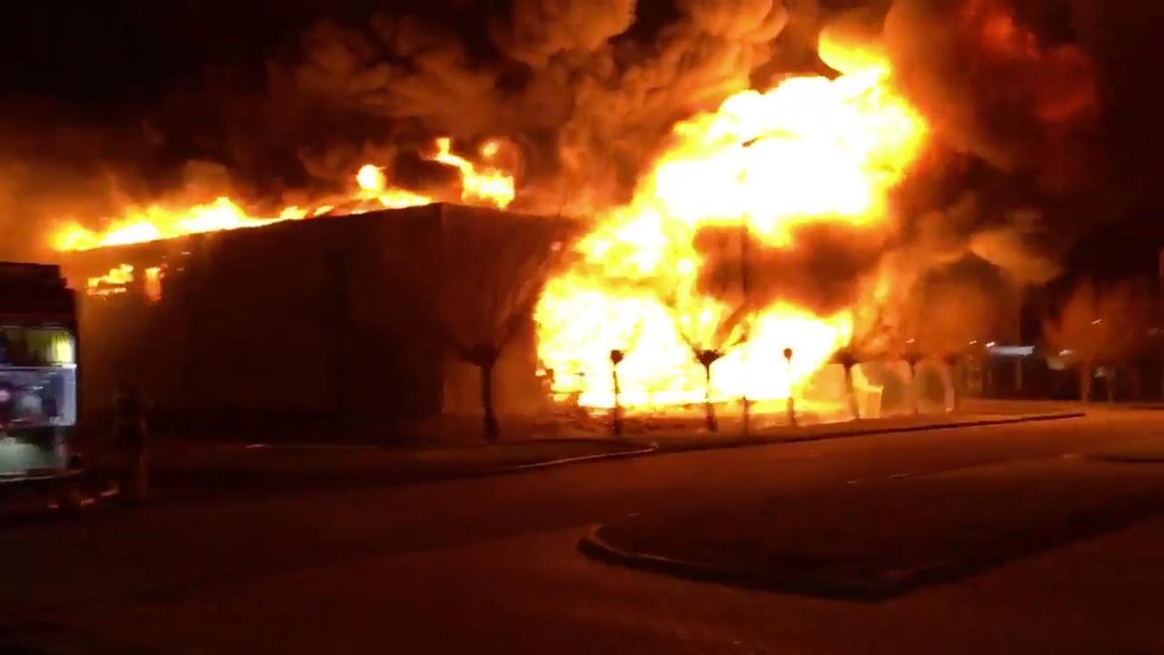 Hoge vlammen en veel rook bij brand in Zwaag