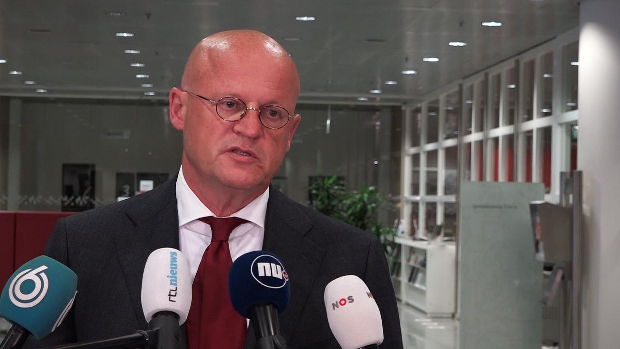 Nieuwe foto's huwelijk Grapperhaus opgedoken: knuffelen en handen schudden  | NU - Het laatste nieuws het eerst op NU.nl