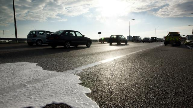 Oliespoor op afrit Buitenveldert zorgt voor file