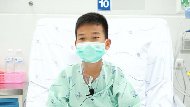 Thaise voetballers bedanken hulpteam vanuit ziekenhuis