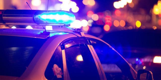 Man met steekwond in rug aangetroffen tussen auto's in Amsterdam-Zuid