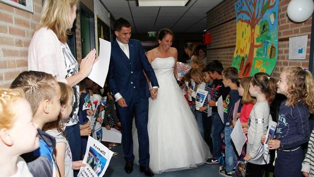 Juf Steffie trouwt op basisschool De Blokwei met 'haar Wesley'