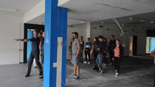 Studenten bekijken het complex