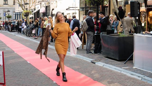 Winkelstraat Oudkerkhof heropend met straatfeest