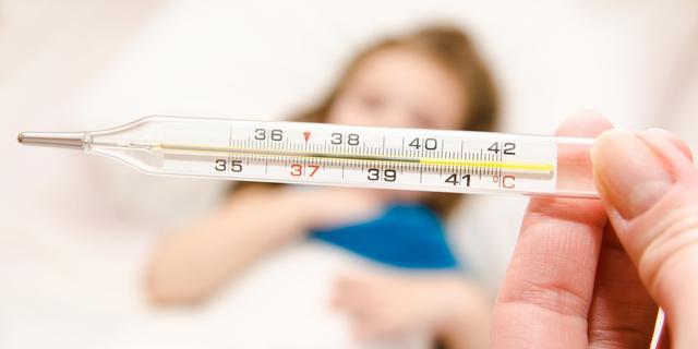 Doktersadvies:  Wanneer koorts met vlekjes gevaarlijk is bij kinderen