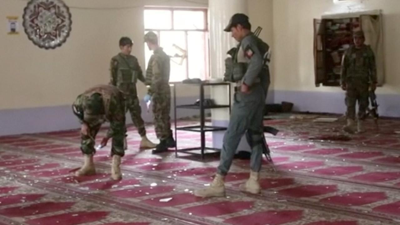Gewonden worden afgevoerd na aanslag in moskee Afghanistan