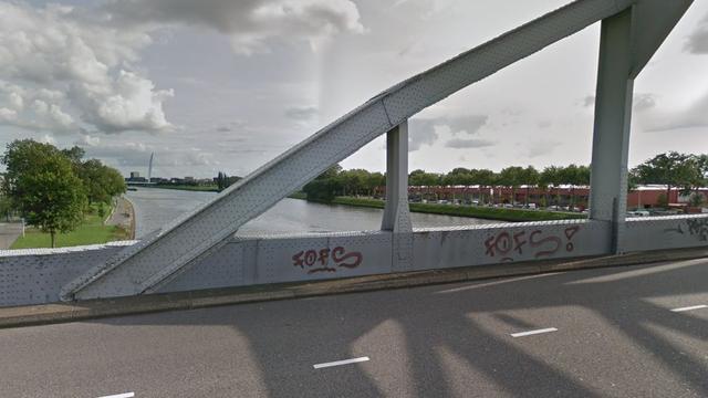 Ambulance over de kop geslagen op de Meernbrug