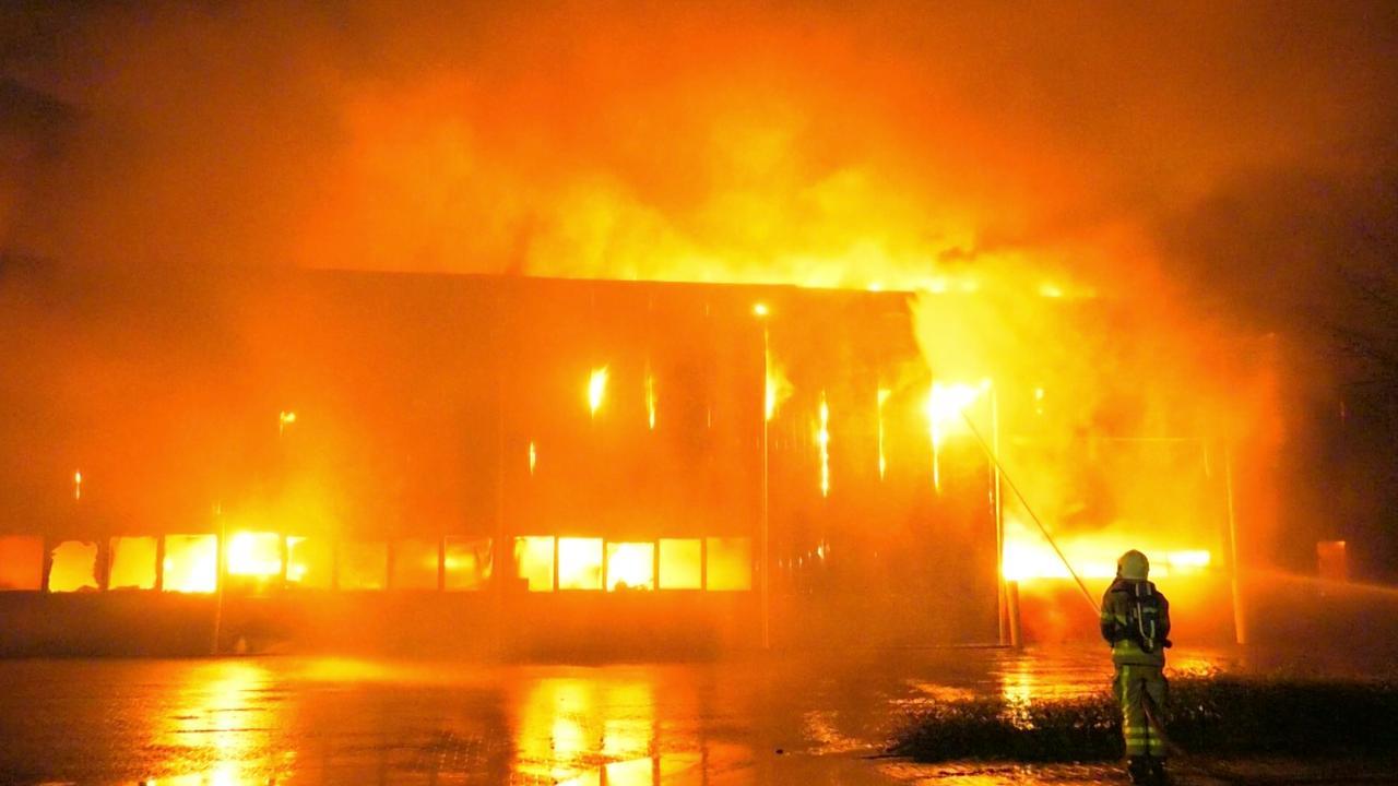 Brandweer bestrijdt grote brand op een industrieterrein in Aalten