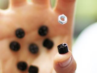 Sonische schroevendraaier pakt objecten vast zonder aanraking