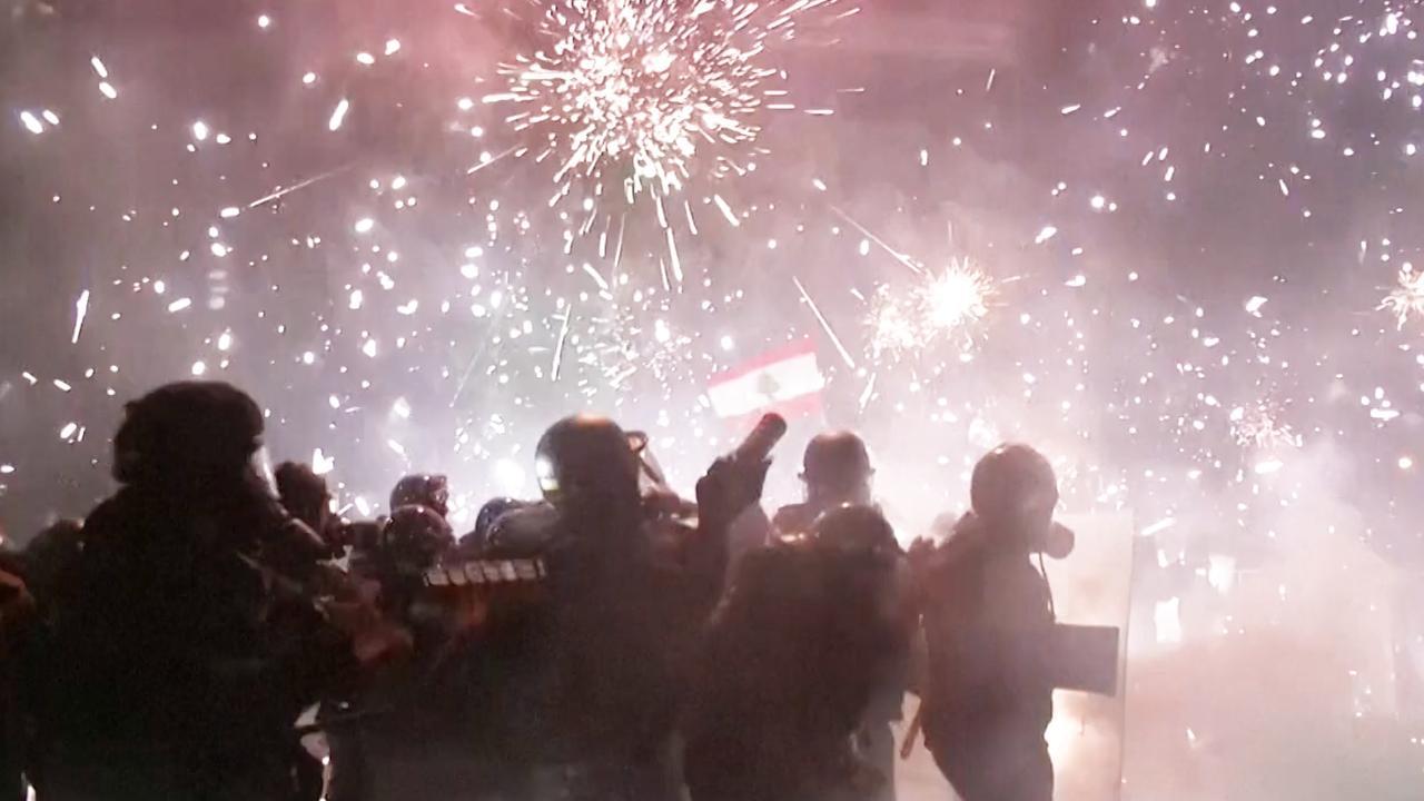 Betogers in Libanon schieten vuurwerk naar politie bij protesten