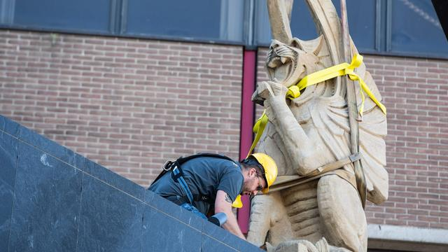 Twee historische beelden geplaatst op gevel van Hoog Catharijne in Utrecht