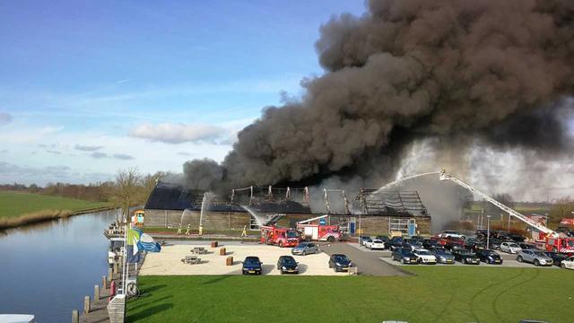 Veel rookontwikkeling door grote brand in botenloods IJsselstein