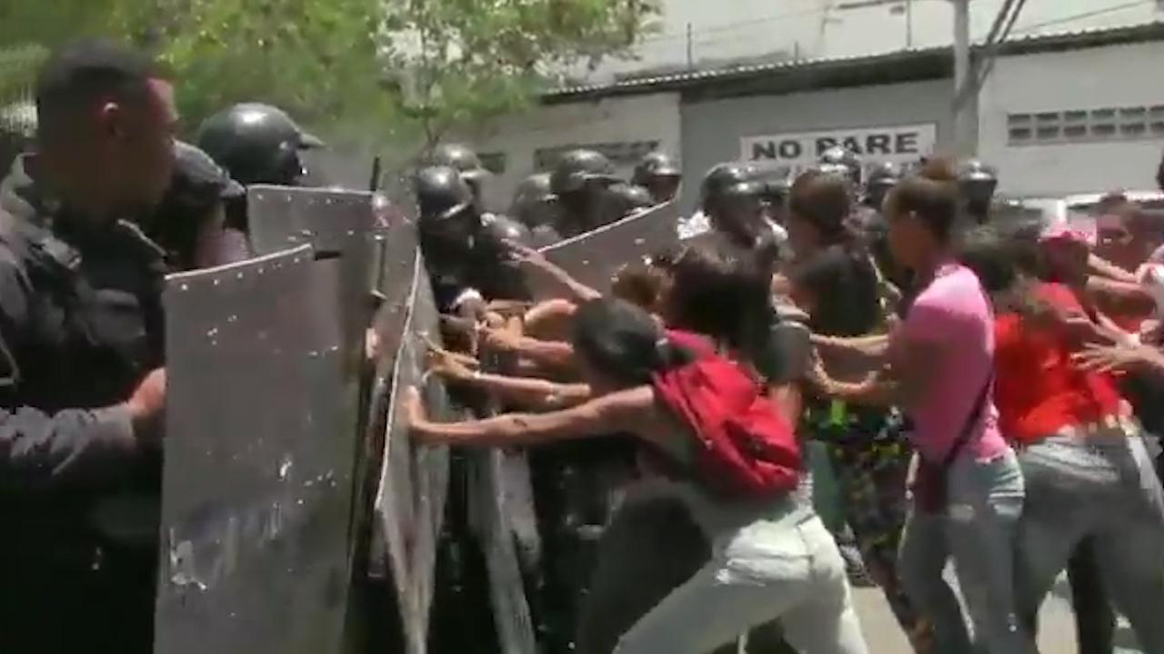 Rellen na tientallen doden door brand in politiebureau Venezuela