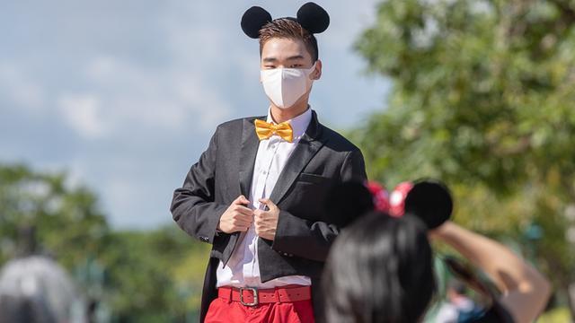 Disneyland Hongkong heropent, maar op de foto met Mickey zit er niet in