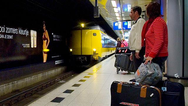 Problemen met treinen en metro's rond Schiphol en Den Haag