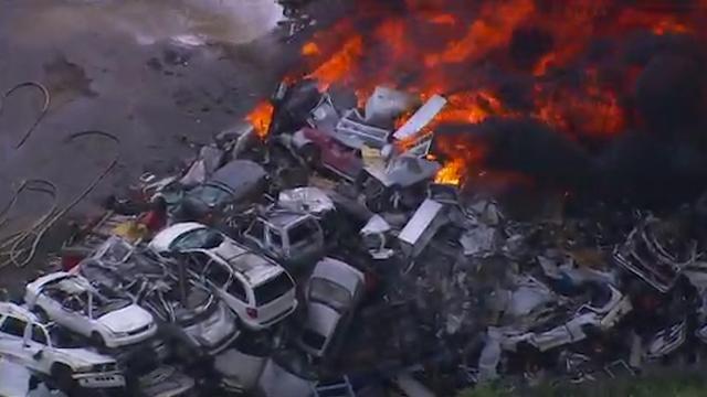Enorme brand op schroothoop VS verwoest elektriciteitspalen