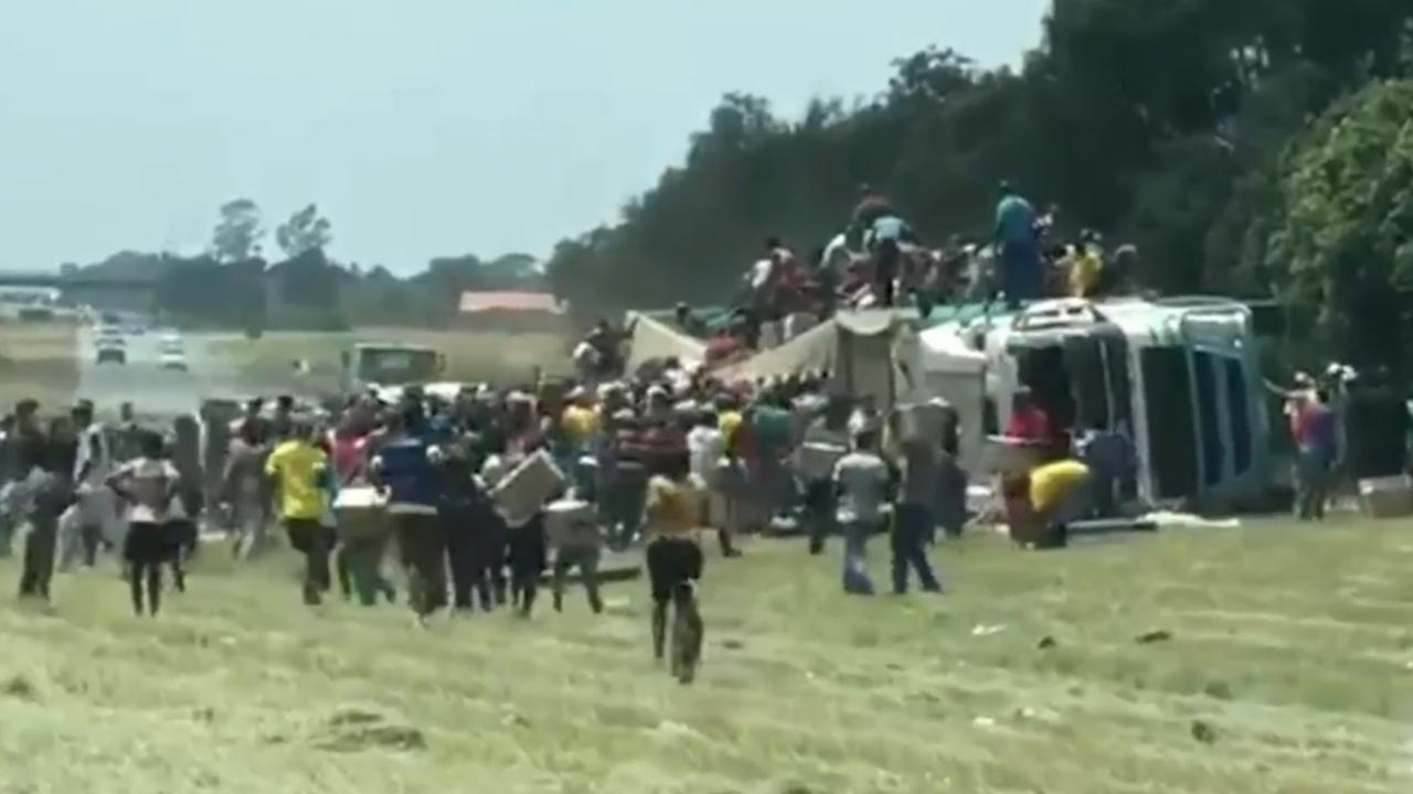Honderden Zuid-Afrikanen plunderen gekantelde vrachtwagen