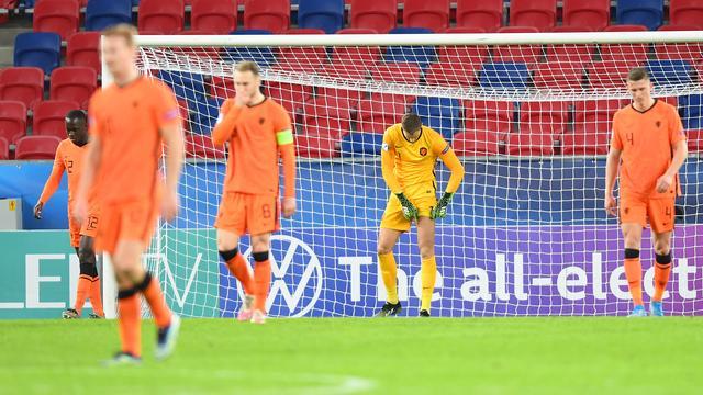 De spelers van Jong Oranje druipen af na de late gelijkmaker.