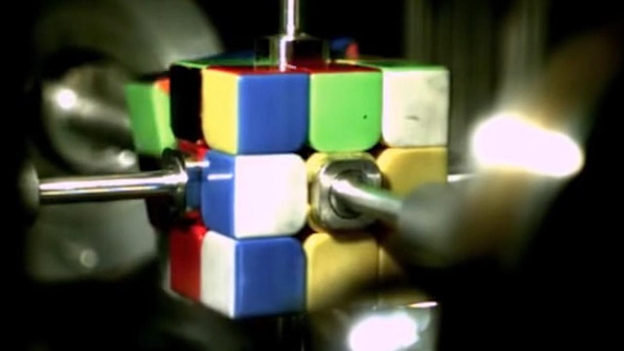 Robot lost Rubiks-kubus op in halve seconde