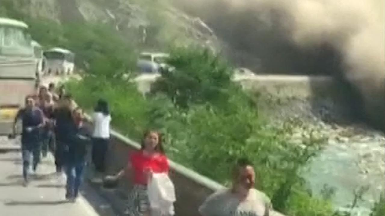 Automobilisten vluchten voor aardverschuiving op Chinese snelweg