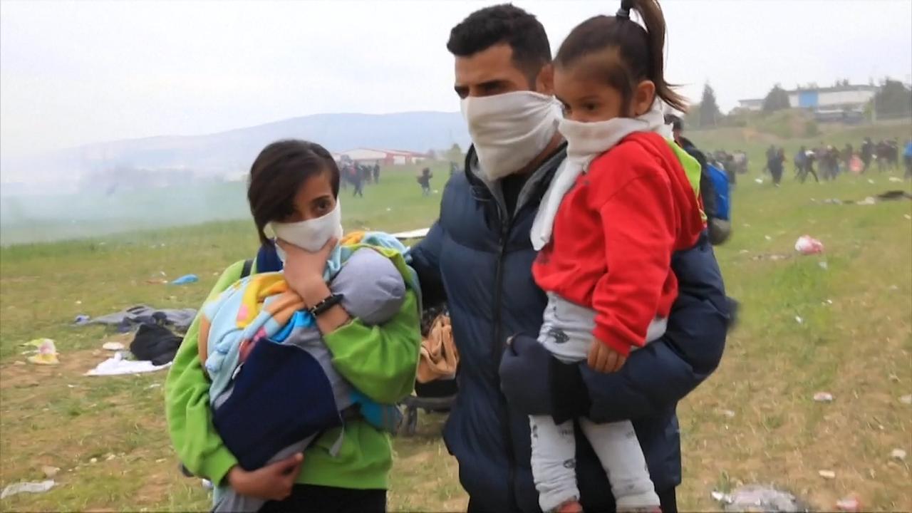 Griekse politie houdt migranten tegen met flitsbommen en traangas