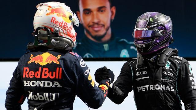 Max Verstappen feliciteert Lewis Hamilton met zijn zege van zondag in Portimão.