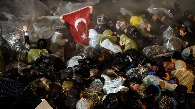 Agenten en demonstranten raken slaags bij redactie Turkse krant