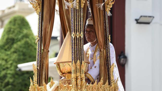 As van overleden koning Thailand naar paleis gebracht