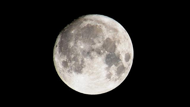 Maanoppervlak bevat bijna overal kleine hoeveelheden water