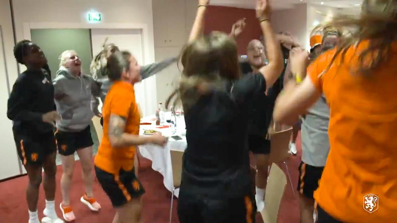Oranjevrouwen vieren uitbundig feest in hotel na winst op Zweden
