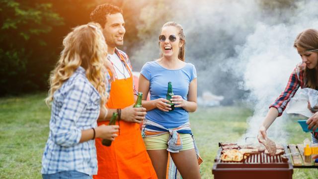 Barbecueën met briketten, houtskool of toch echt hout?