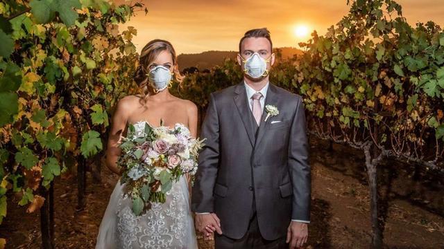 Bruidspaar maakt trouwfoto bij bosbranden
