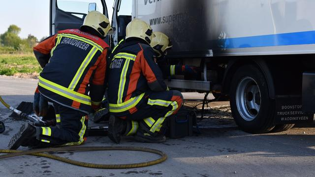 Vrachtwagen vat vlam op Hoogewaard na kortsluiting