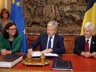 Voorzitter Europese Raad Tusk en Canadese president Trudeau tekenen CETA-akkoord zondag