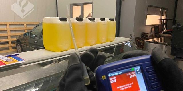Politie vindt zo'n 50 kilo amfetamine-olie in loods Nispen