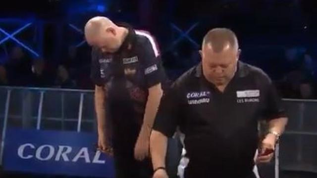 Van Barneveld lijkt in slaap te vallen tijdens de UK Open